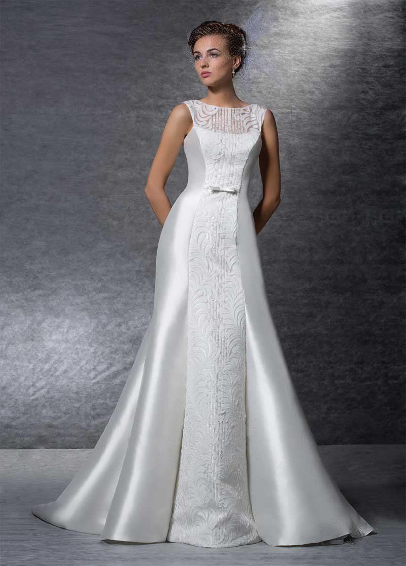 Свадебное платье «рыбка» с полупрозрачной вставкой на спинке и шлейфом.