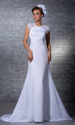 Свадебное платье «рыбка» с элегантными кружевными рукавами.