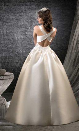 Атласное свадебное платье пышного кроя с широкими перекрещивающимися бретелями сзади.