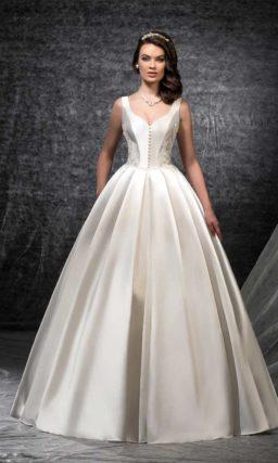 Роскошное свадебное платье из атласной ткани с эффектным декольте сзади.