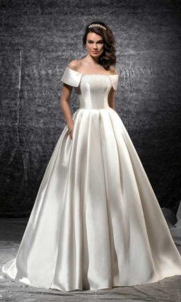 Изысканное свадебное платье из атласной ткани с лаконичным корсетом.