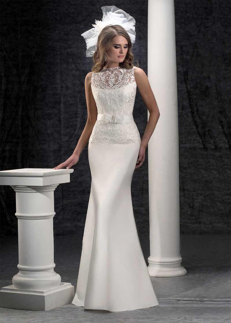Облегающее фигуру свадебное платье с кружевным верхом и широким поясом с бантом.