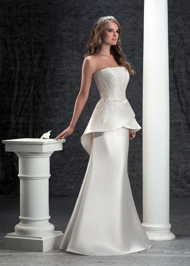 Облегающее свадебное платье с объемной атласной баской и вышивкой.