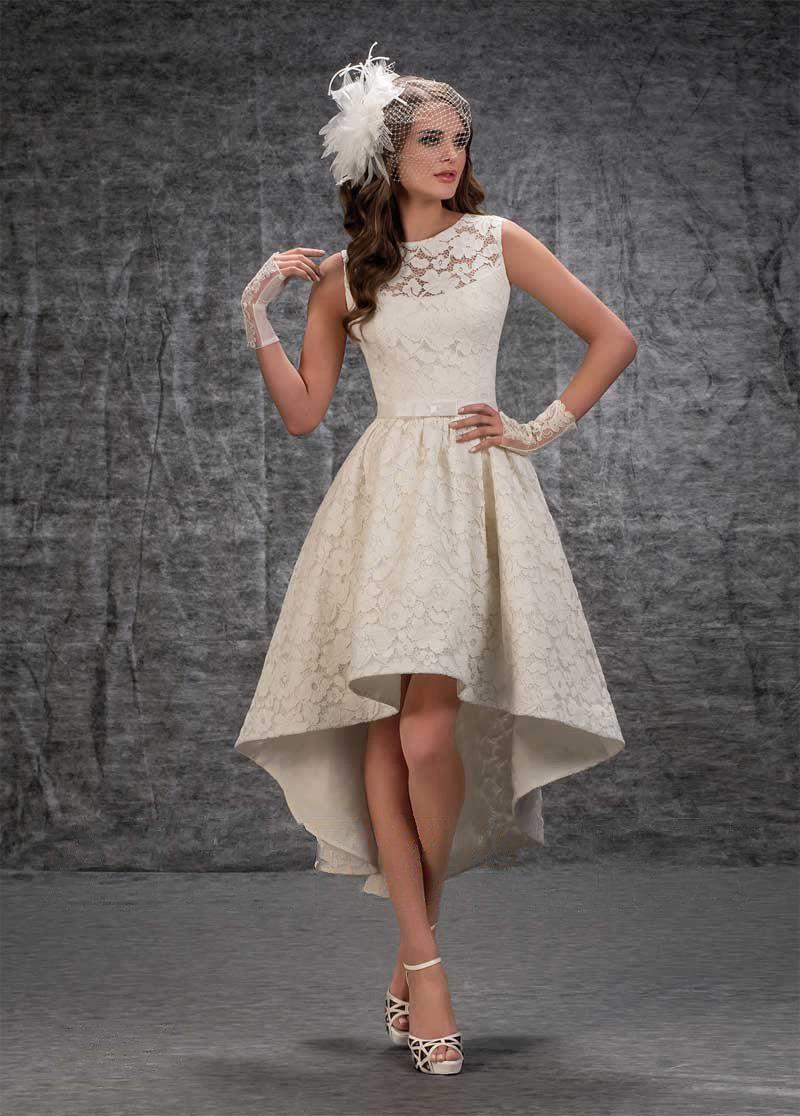Фактурное свадебное платье с закрытым верхом и пышной юбкой до середины икры.