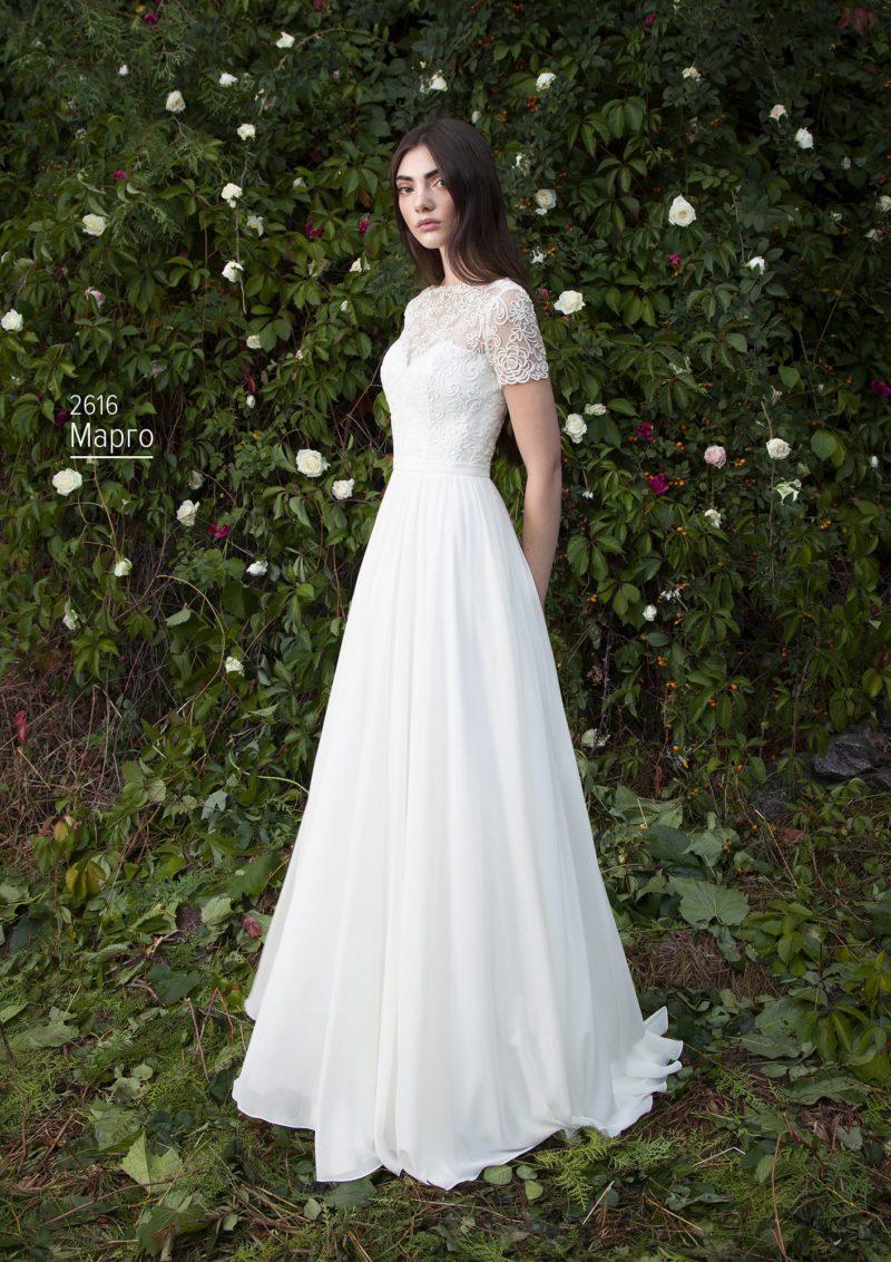 Свадебное платье с юбкой А-силуэта со шлейфом и кружевным декором верха.