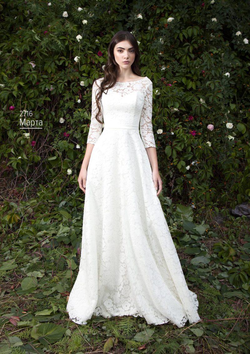 Романтичное свадебное платье «принцесса», покрытое кружевом с цветочным мотивом.