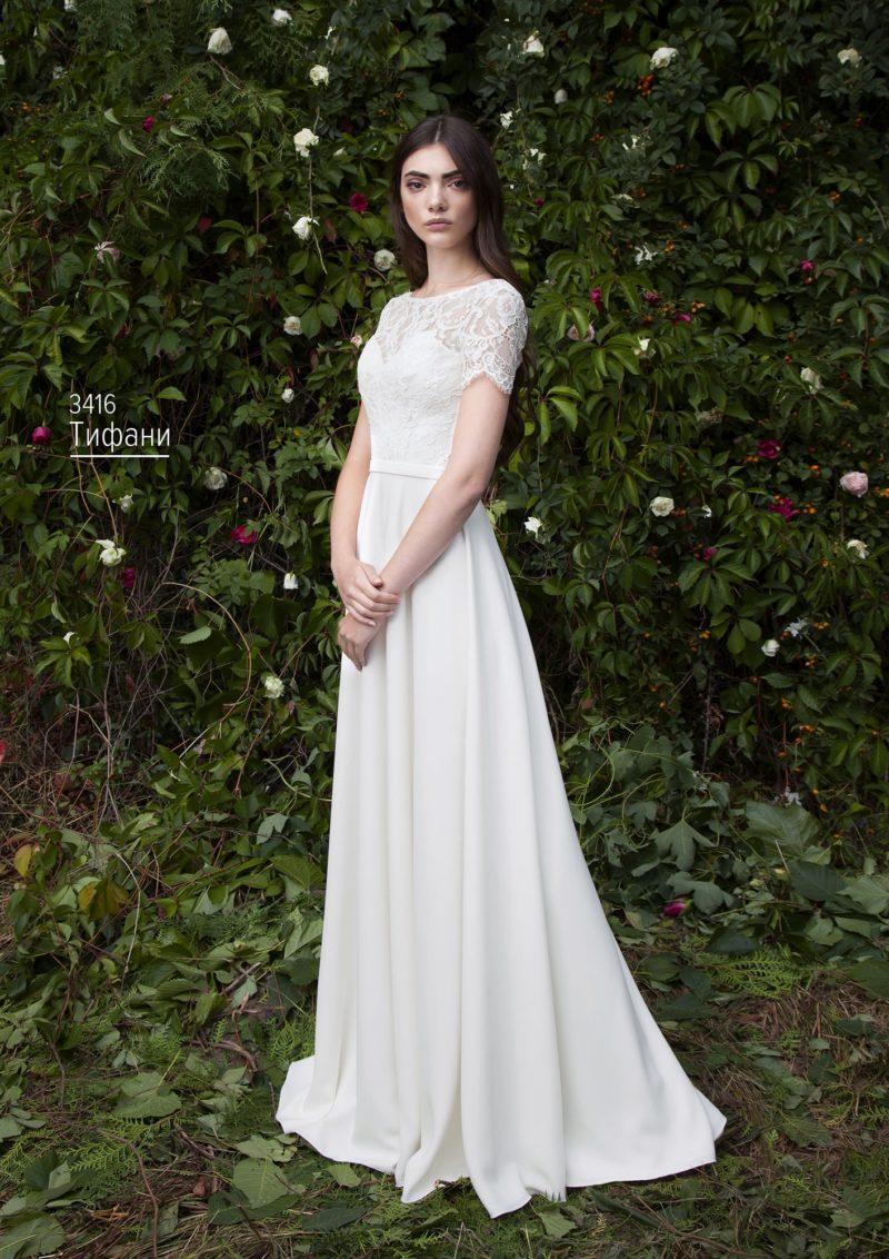 Свадебное платье с коротким фигурным рукавом и элегантной юбкой прямого кроя.
