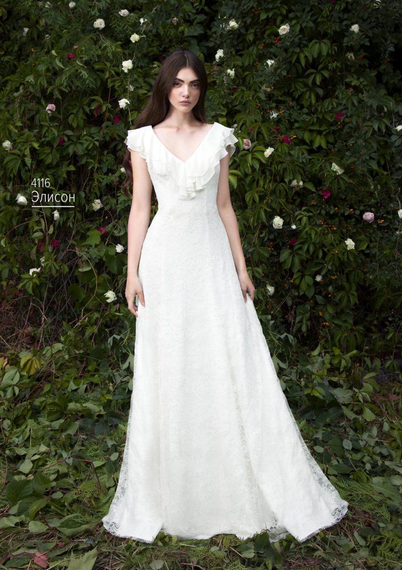 Кружевное свадебное платье с оборками на лифе и длинной прямой юбкой.