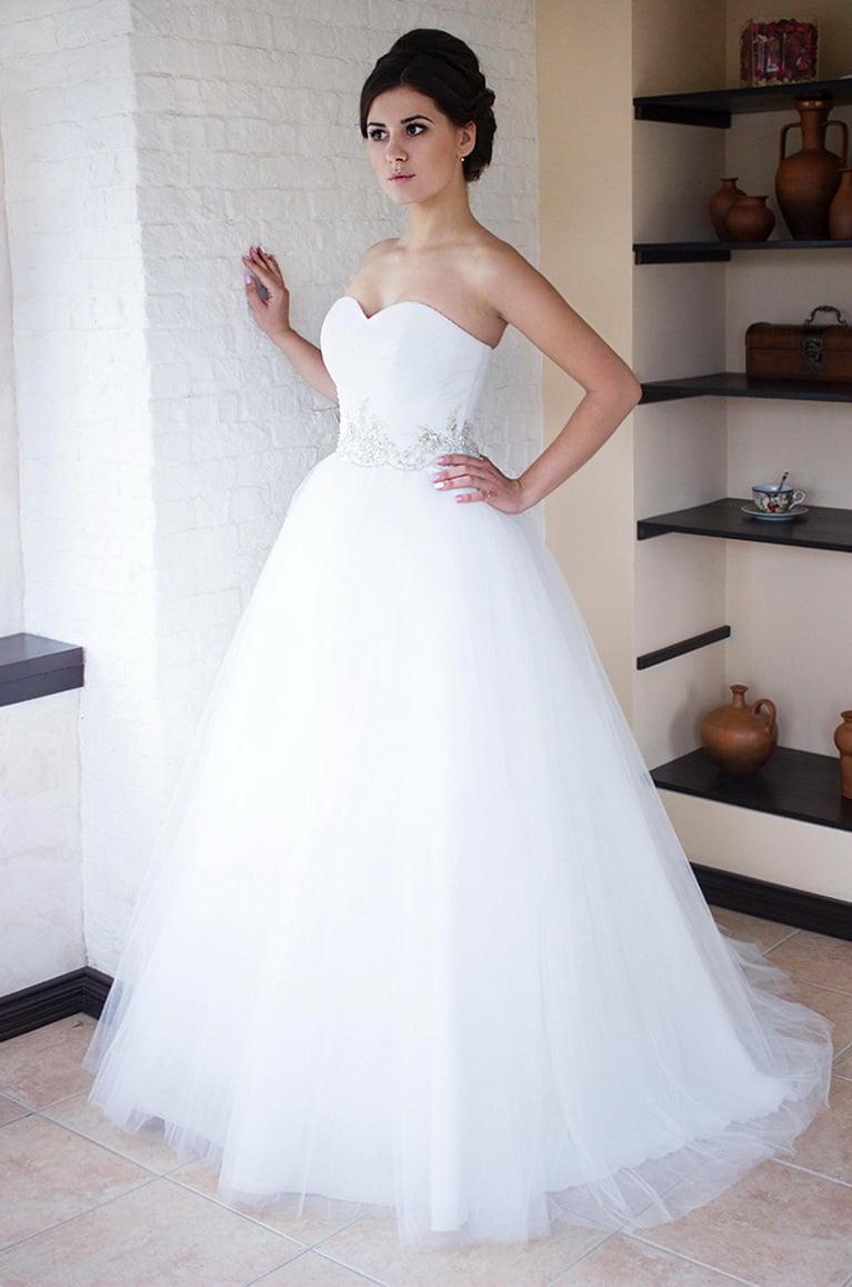 Открытое свадебное платье пышного кроя с вышивкой на талии.