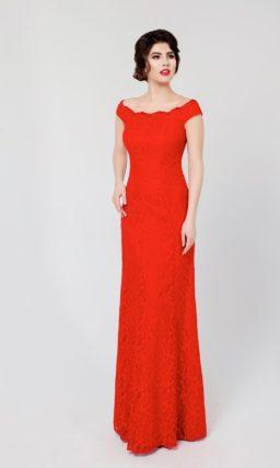 Алое вечернее платье с округлым декольте, широкими бретелями и длинной прямой юбкой.