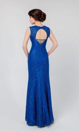 Синее вечернее платье прямого кроя с оригинальным декольте и слегка завышенной талией.