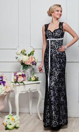 Прямое вечернее платье из серебристого атласа, покрытого плотным черным кружевом по всей длине.