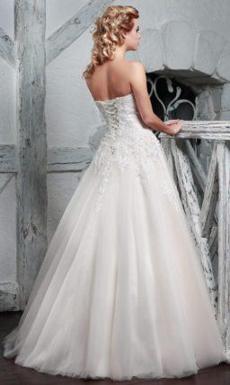 Пышное свадебное платье с юбкой цвета слоновой кости и фактурным верхом.