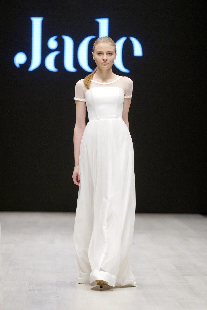 Свадебное платье в греческом стиле с коротким полупрозрачным рукавом.