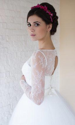 Закрытое свадебное платье пышного кроя с длинным кружевным рукавом.