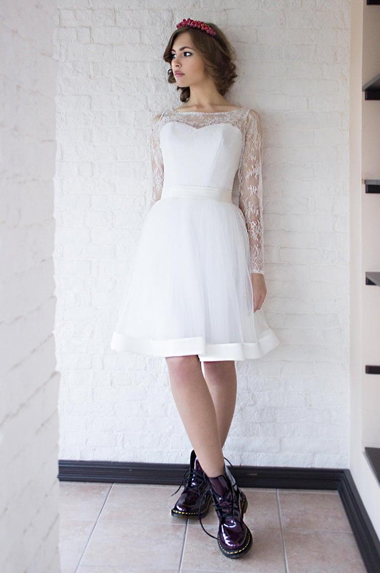 Короткое свадебное платье с элегантной кружевной отделкой.
