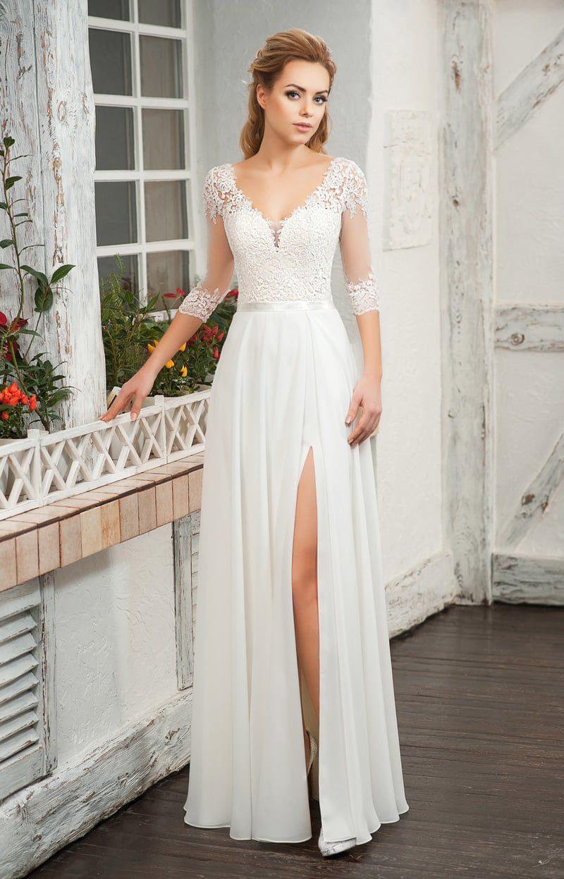 Прямое свадебное платье с соблазнительной юбкой и рукавом три четверти.