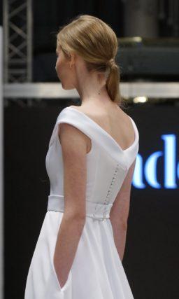 Свадебное платье с эффектными скрытыми карманами и V-образным вырезом с воротником.