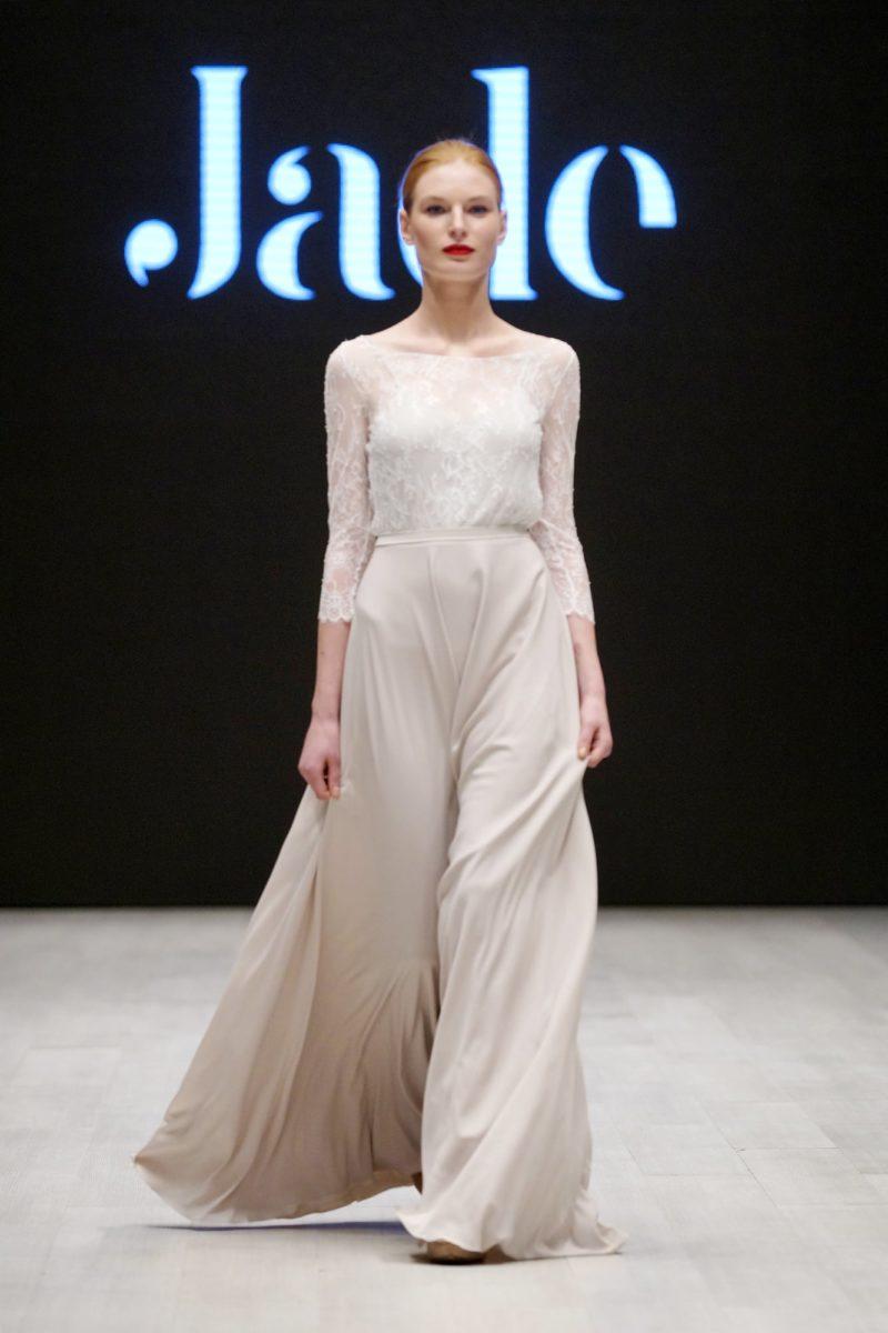 Нежное свадебное платье с длинным кружевным рукавом и струящейся юбкой.