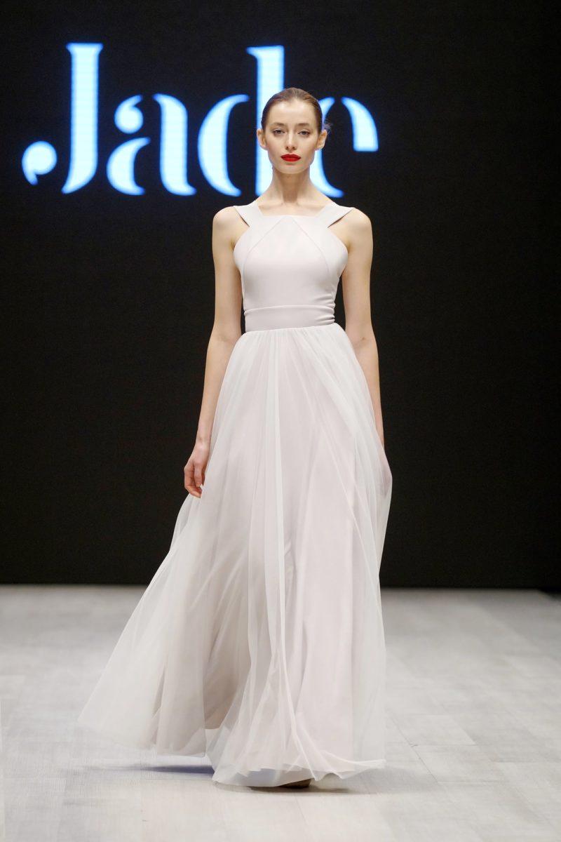 Прямое свадебное платье с оригинальным верхом и многослойной юбкой.