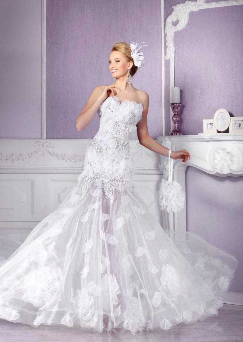 Великолепное вечернее платье с полупрозрачной юбкой «русалка» и лаконичным открытым верхом.