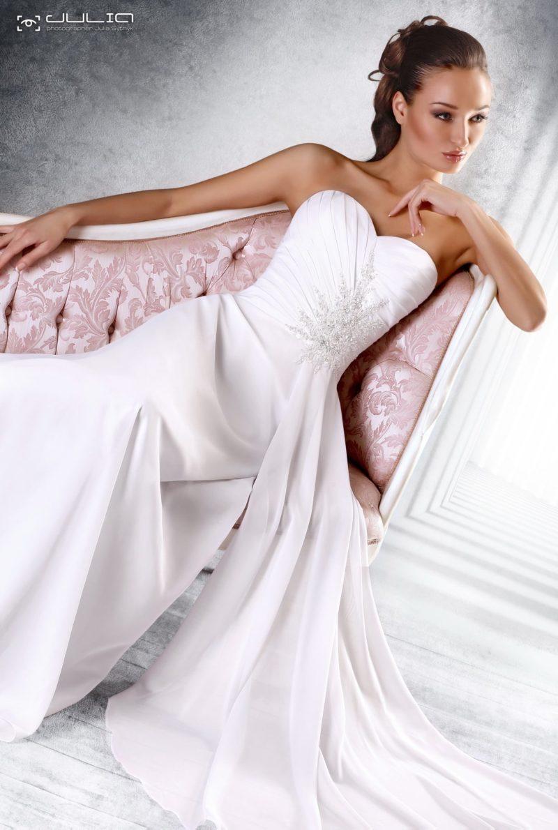 Атласное свадебное платье с вышивкой на лифе в форме сердца.