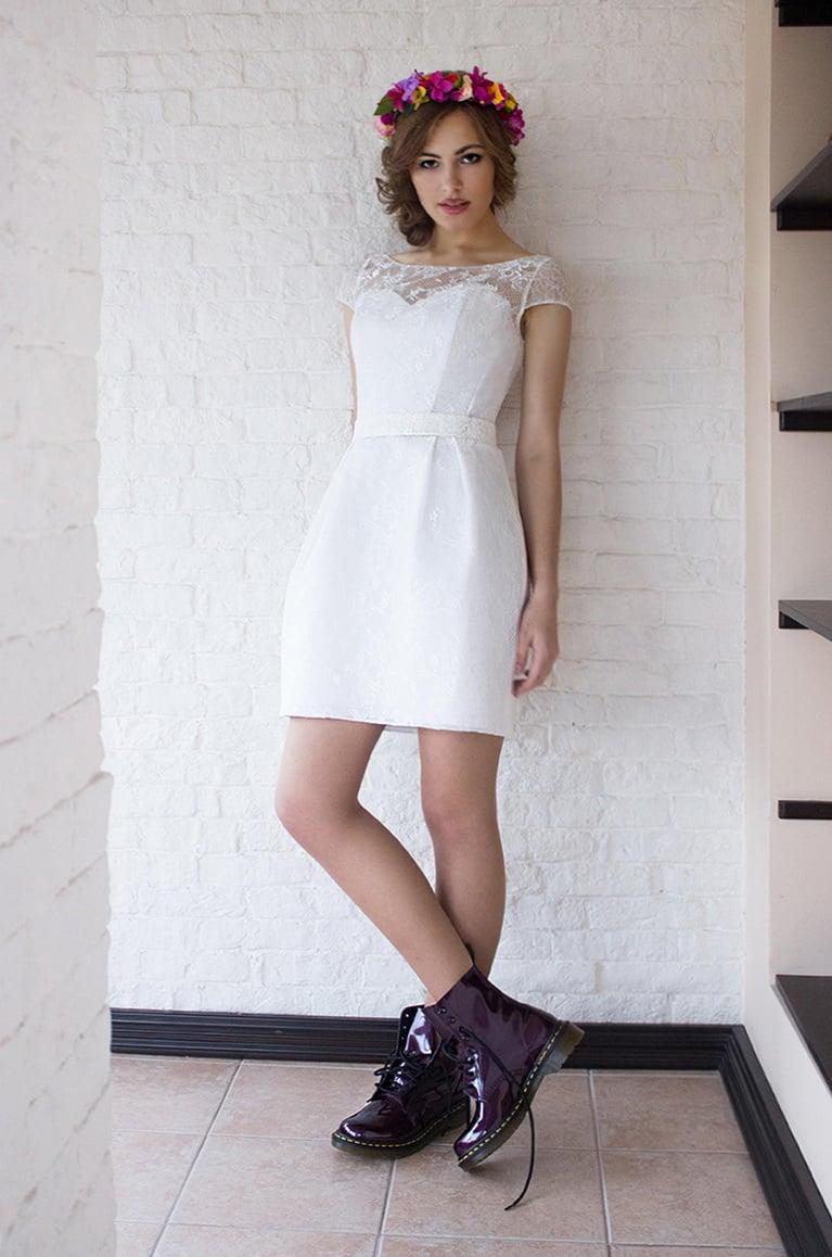 Нежное свадебное платье с коротким кружевным рукавом и юбкой до колена.