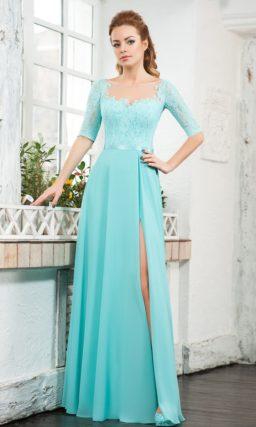 Голубое вечернее платье с вырезом на юбке и облегающим кружевным рукавом.