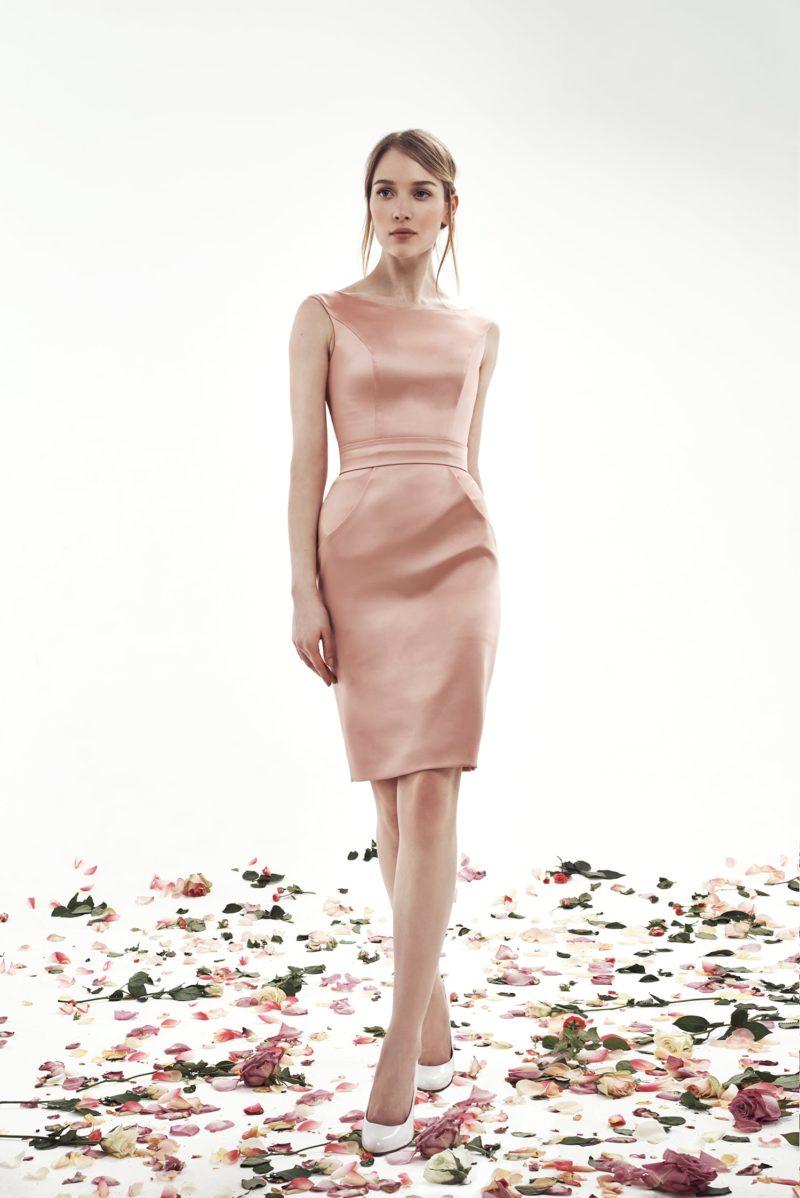 Розовое свадебное платье из атласа с круглым вырезом и юбкой до колена.