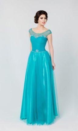 Сияющее вечернее платье голубого цвета с округлым вырезом декольте и бисерной вышивкой.