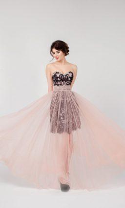Нежное вечернее платье с полупрозрачной розовой юбкой и контрастным черным декором верха.