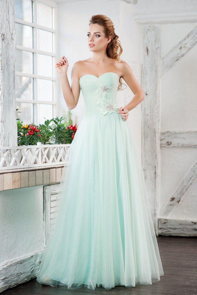 Романтичное вечернее платье пышного кроя из ткани мятного оттенка.