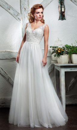 Романтичное свадебное платье с многослойной юбкой и кружевным верхом.