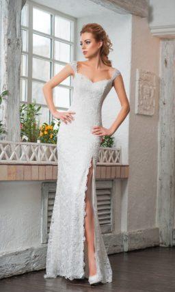 Кружевное свадебное платье с разрезом на юбке и изящными бретелями.