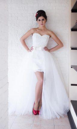 Короткое свадебное платье с лифом в форме сердца и верхней юбкой.