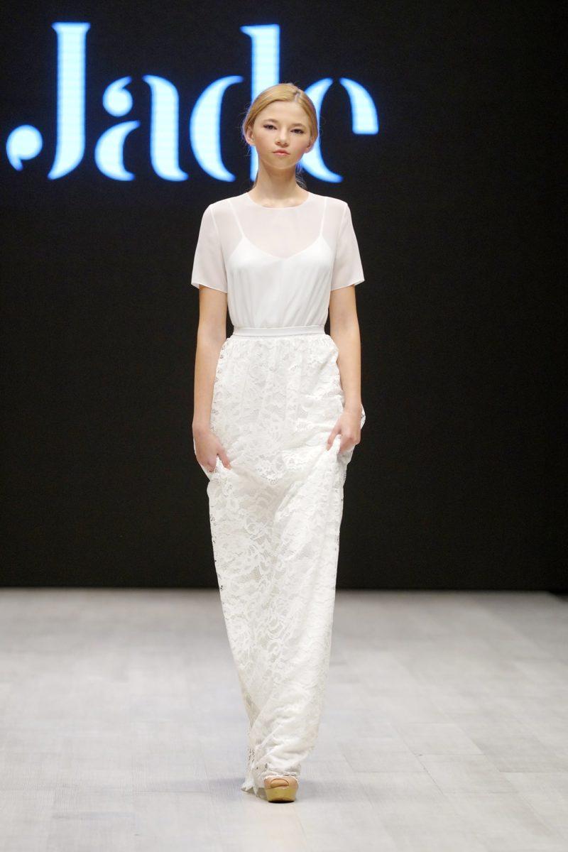 Прямое свадебное платье с коротким рукавом и фактурной юбкой.