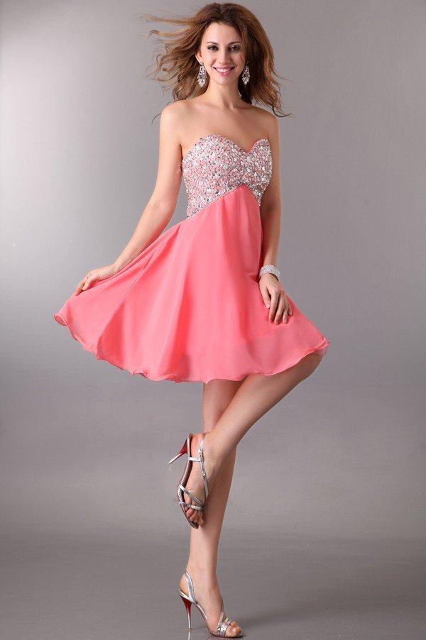 Короткое вечернее платье с юбкой персикового цвета и серебристым лифом.