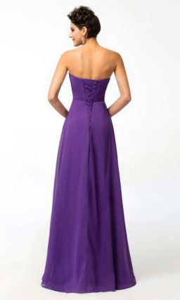 Стильное вечернее платье прямого кроя в насыщенном фиолетовом цвете.