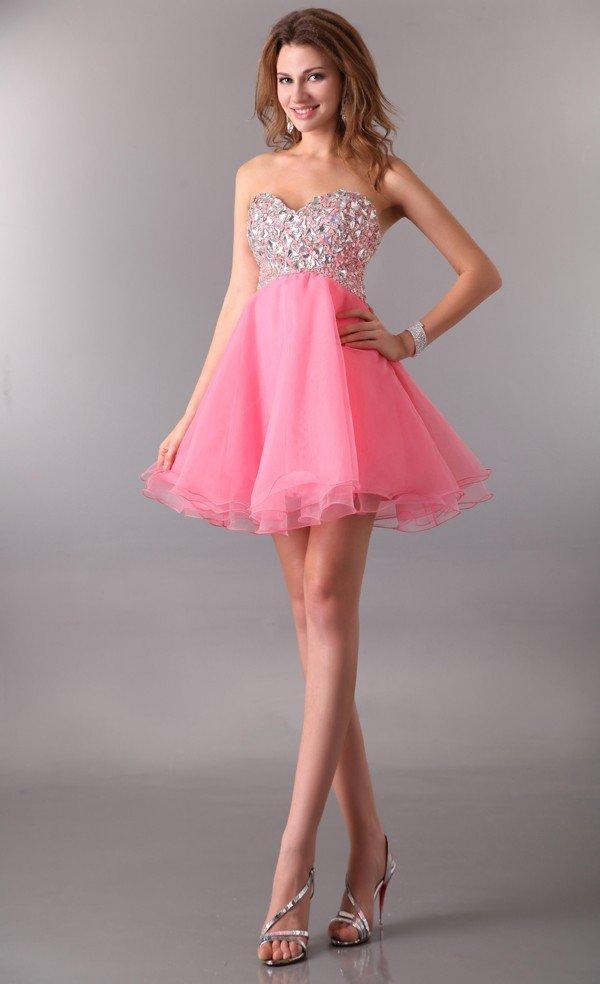 Шикарное вечернее платье с многослойной розовой юбкой.