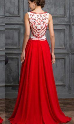 Прямое вечернее платье с алой юбкой и белым верхом с алым декором.