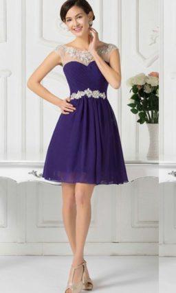 Короткое вечернее платье фиолетового цвета с серебристым бисерным поясом.