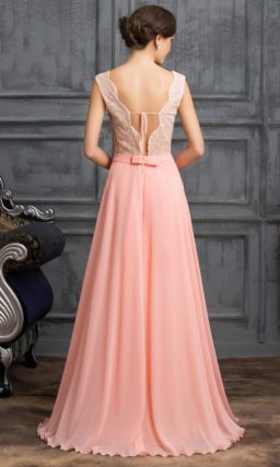 Розовое вечернее платье с закрытым лифом и изящным узким поясом.