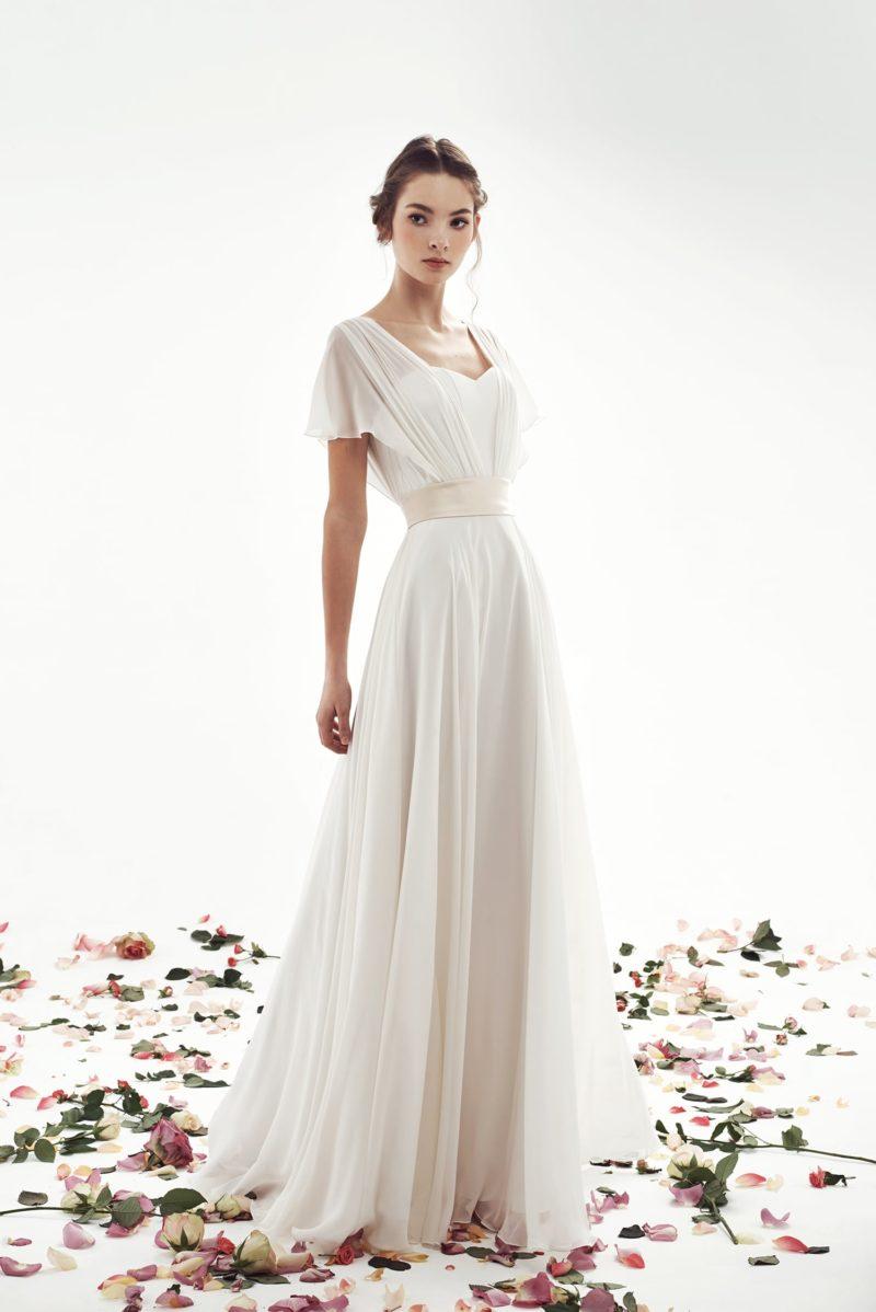 Ампирное свадебное платье с полупрозрачным рукавом и прямой юбкой.