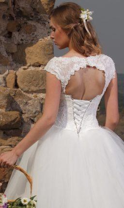 Свадебное платье пышного кроя с фигурным открытым лифом, дополненным бретелями.