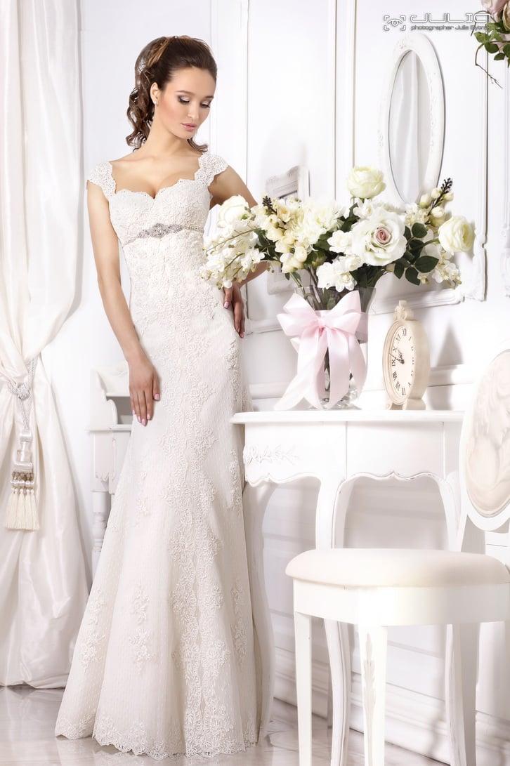 Кружевное свадебное платье с завышенной талией, выделенной сияющим поясом.