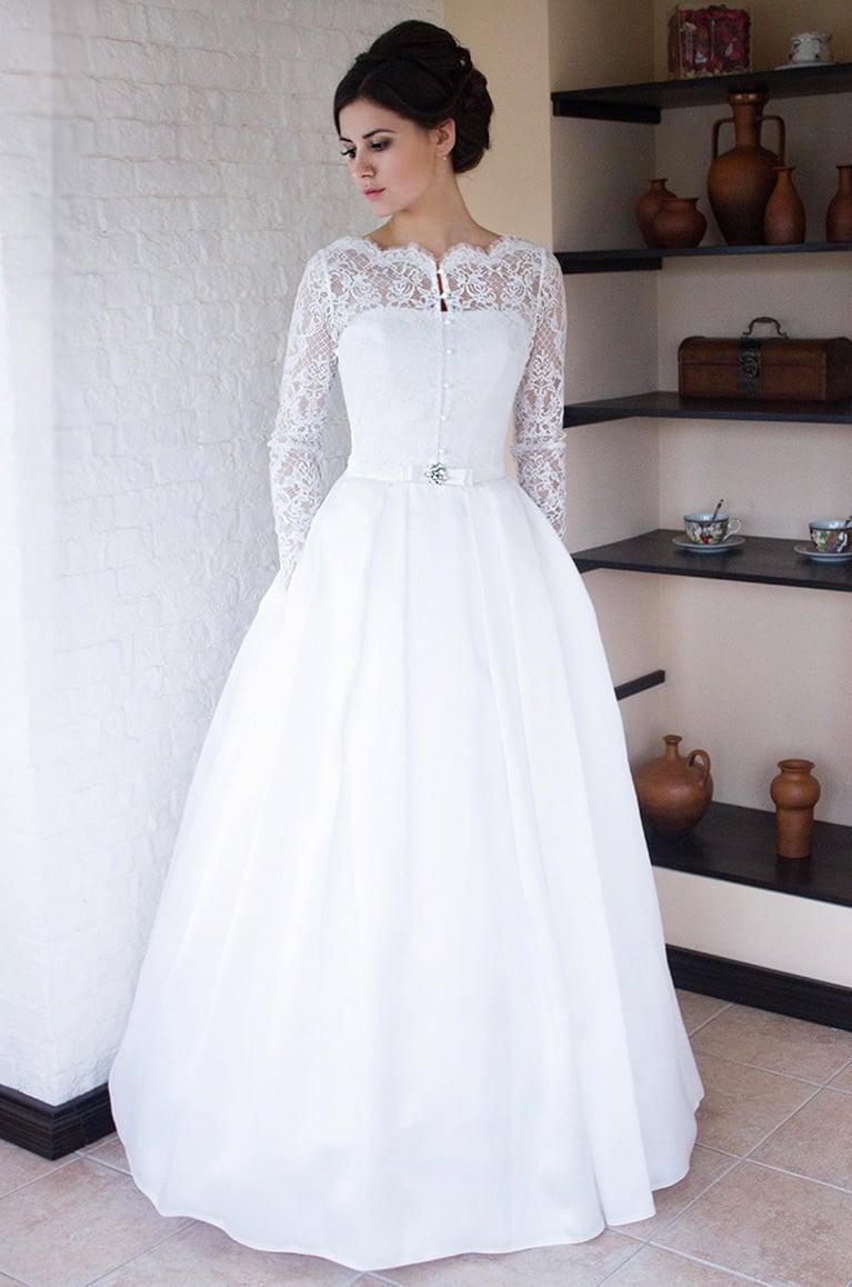 Потрясающее свадебное платье пышного кроя с пуговицами на лифе.