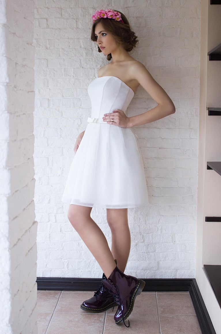 Открытое свадебное платье до колена с кружевным болеро.