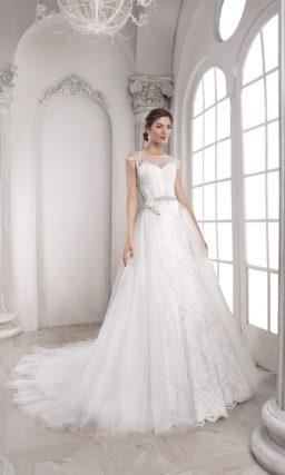 Женственное свадебное платье А-кроя с пышной верхней юбкой и изящным кружевным декором.