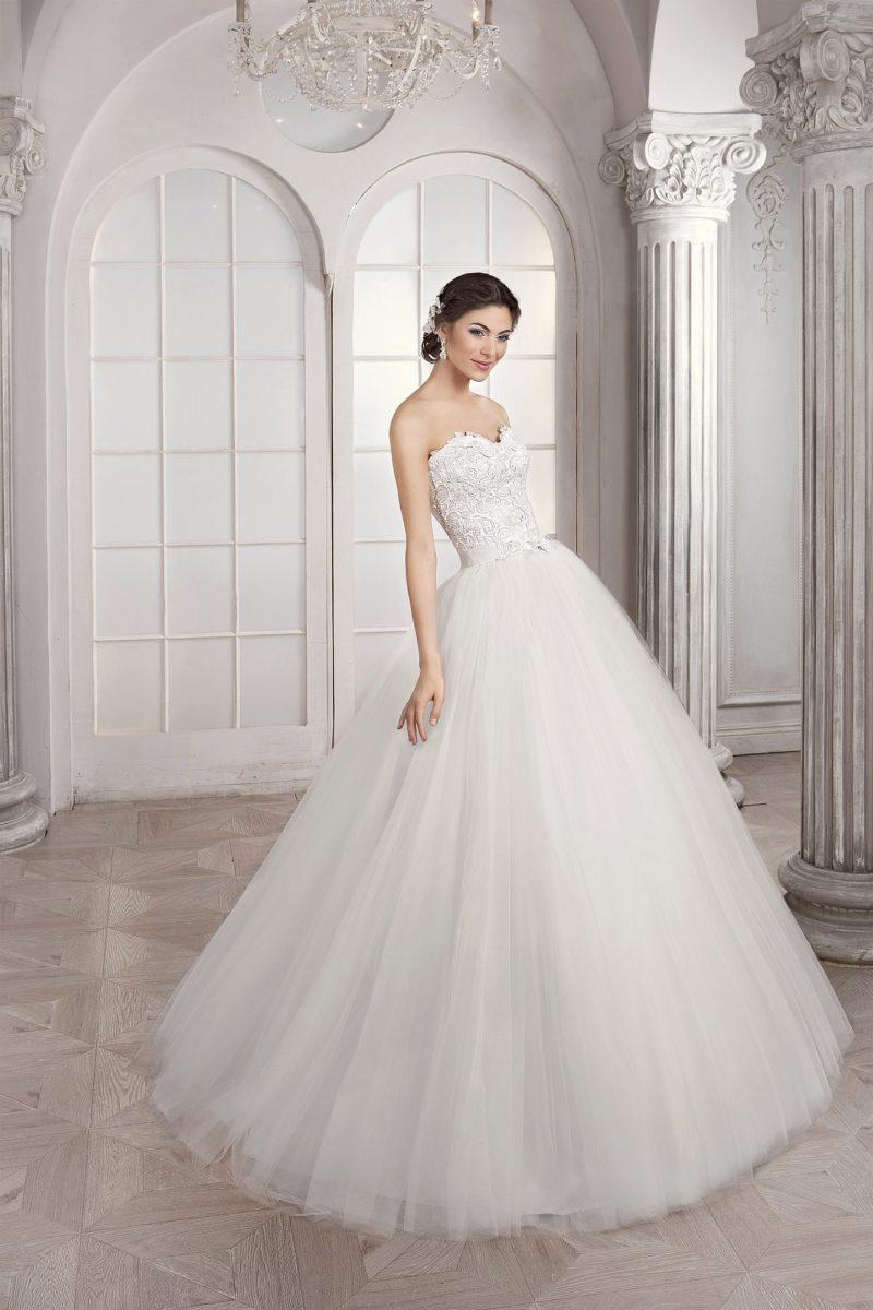 Шикарное свадебное платье с пышной многослойной юбкой и фактурным корсетом.