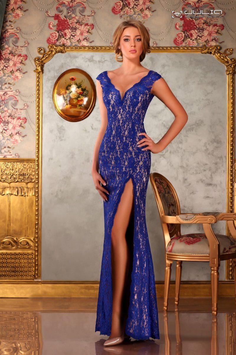Кружевное вечернее платье облегающего кроя с разрезом на длинной юбке.